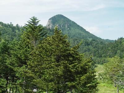 宿の窓から笠ヶ岳が見える