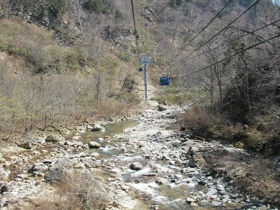 清津川の河原を行く