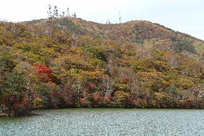小沼の紅葉と地蔵岳