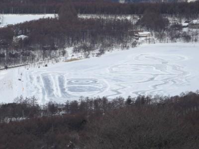 女神湖の氷上
