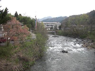 朝の片品川