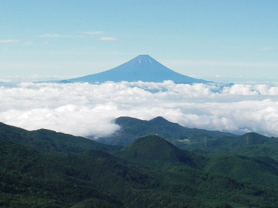 朝日岳から富士山を見る
