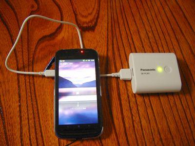 スマートフォンに充電中