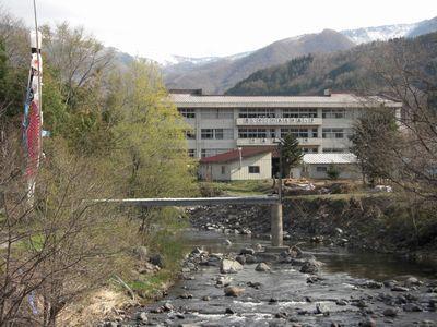 宿の前の片品川
