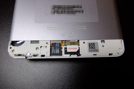 microSDとSIMを差す