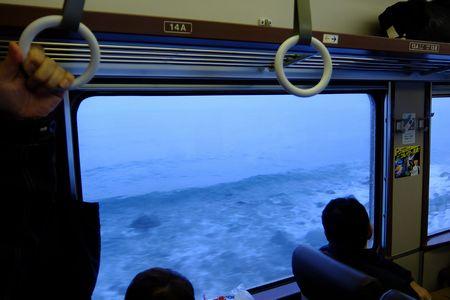 海沿いを走る電車