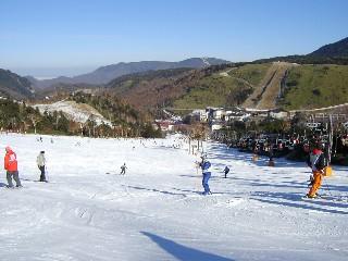 周りの山には全然雪がない