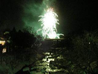 花火で新年を祝う