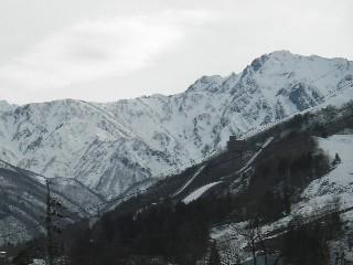 宿の部屋から見える五竜岳と遠見尾根